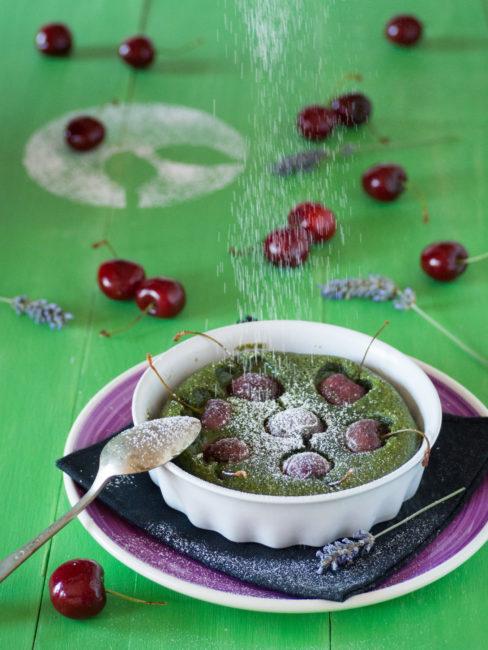 Clafoutis de té verde y cerezas