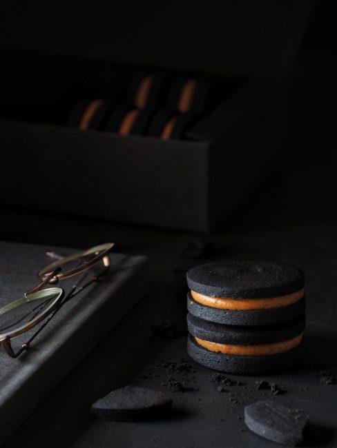Galletas de cacao con crema de caramelo salado al regaliz